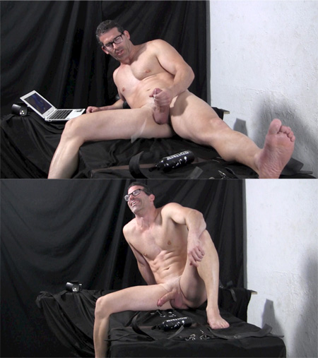 Straight muscle nerd jacking his big dick in the nude.